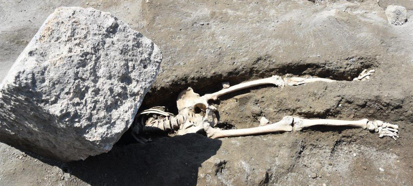 Этому неудачливому жителю Помпеи на голову упал огромный камень