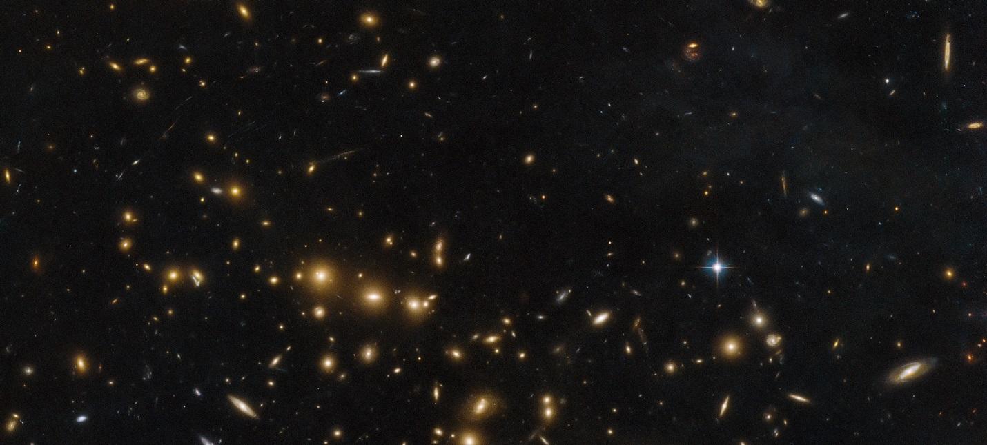 """Телескоп """"Хаббл"""" обнаружил образование галактик в виде смайлика"""