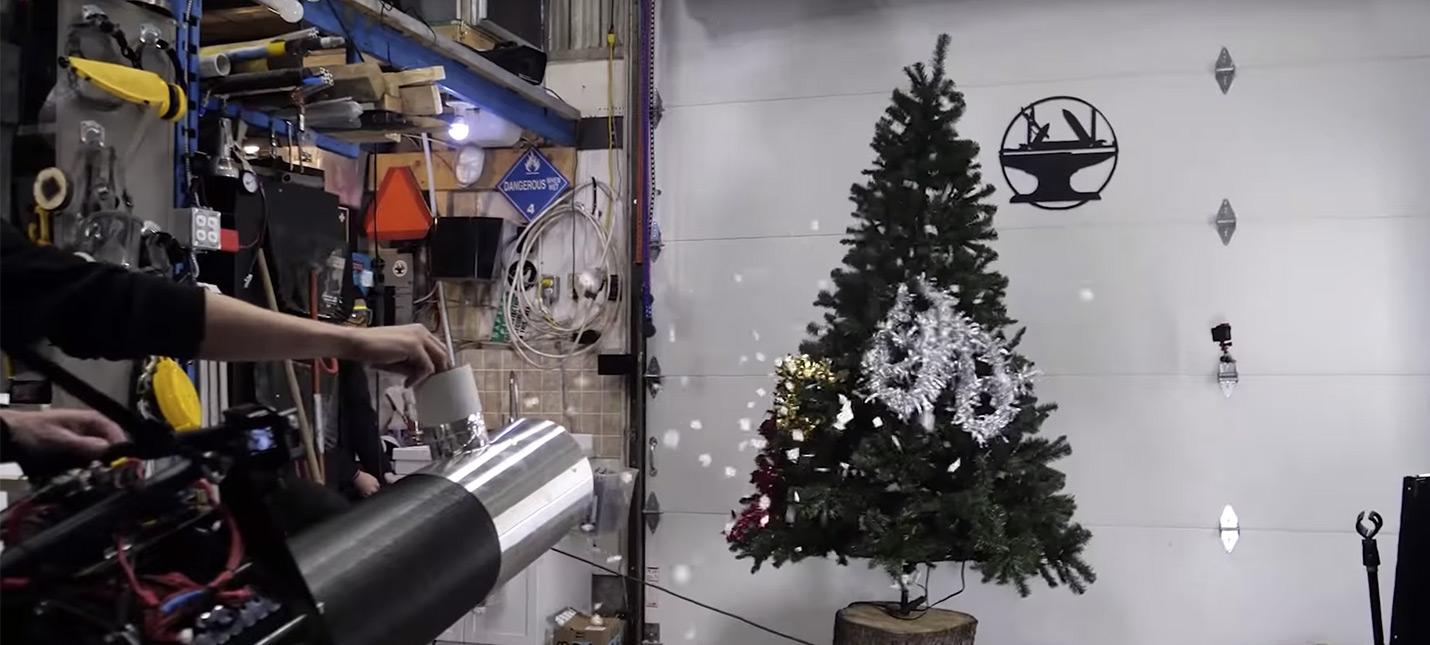 Эта праздничная пушка поможет украсить елку за 30 секунд