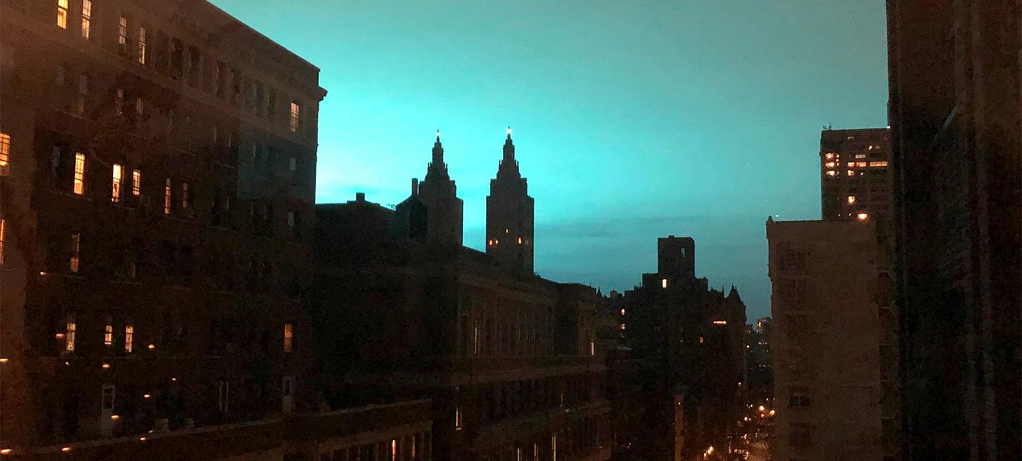 Голубое свечение над Нью-Йорком приняли за Годзиллу, Таноса и портал Кингпина