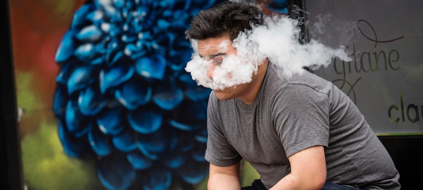 В США от вейпинга умер седьмой человек, в Нью-Йорке запрещают продажу ароматизированных электронных сигарет