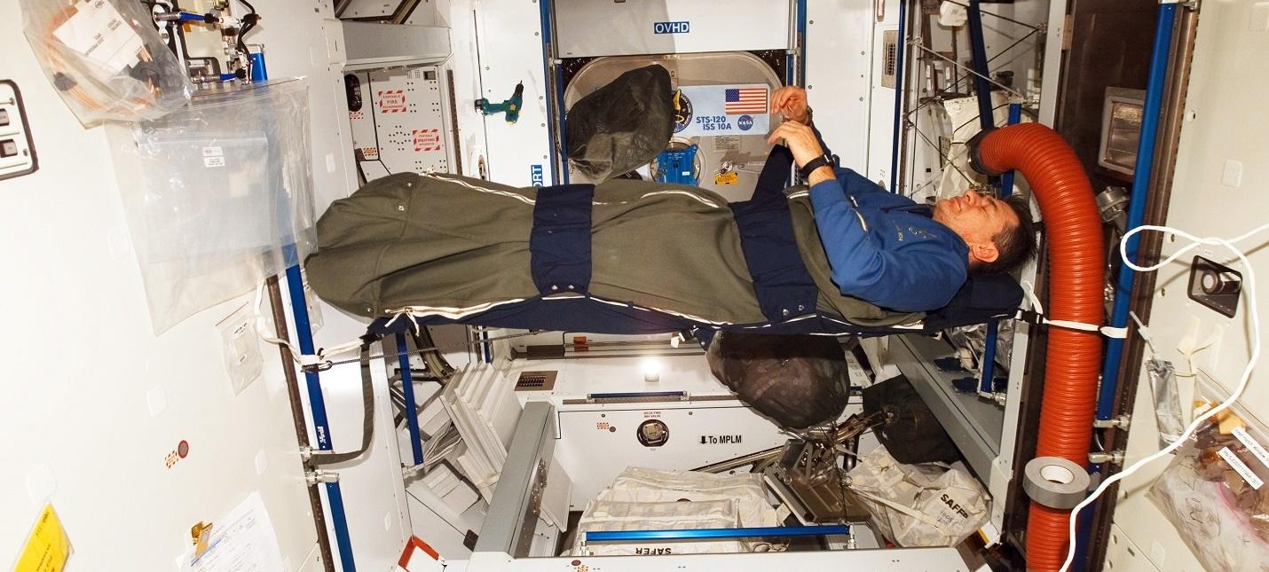 Посмотрите на спящих в космосе астронавтов