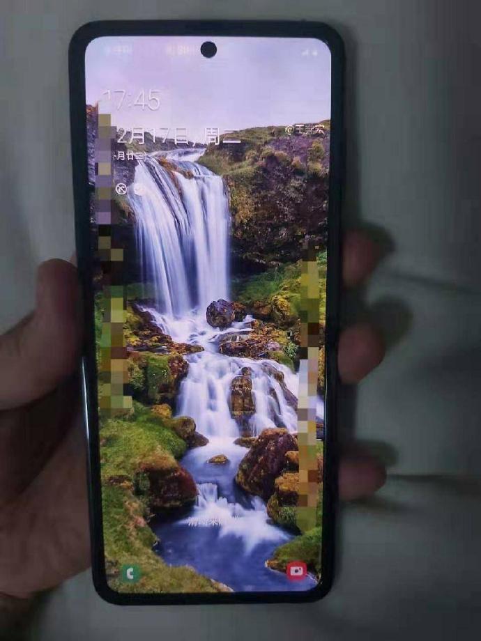 В сети появились фотографии нового складного смартфона Samsung