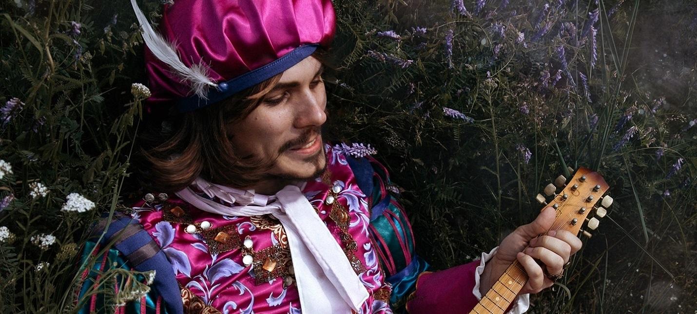 """Костюмер """"Ведьмака"""" опубликовал фото Лютика в забавной шляпке"""