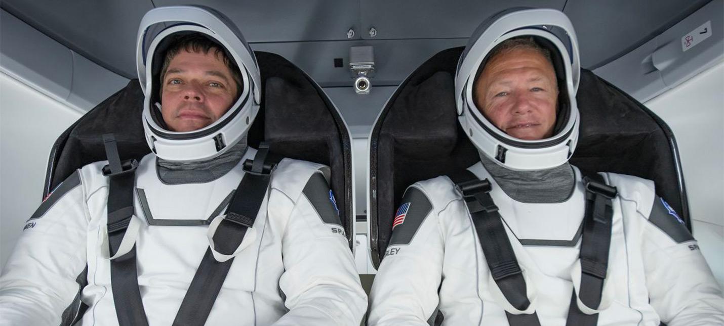 SpaceX успешно запустила Falcon 9 с астронавтами NASA на борту и посадила первую ступень на баржу