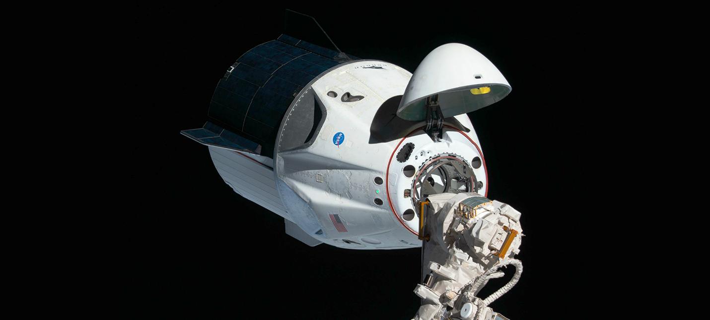 Капсула SpaceX Crew Dragon успешно состыковалась с МКС, астронавты NASA уже на борту