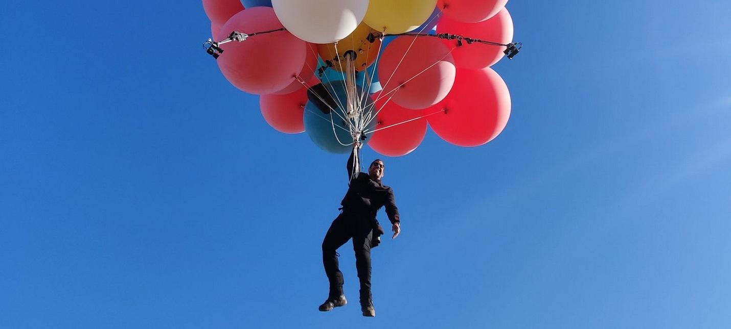 Час полета и 10 лет подготовки  Дэвид Блейн поднялся в воздух на воздушных шарах