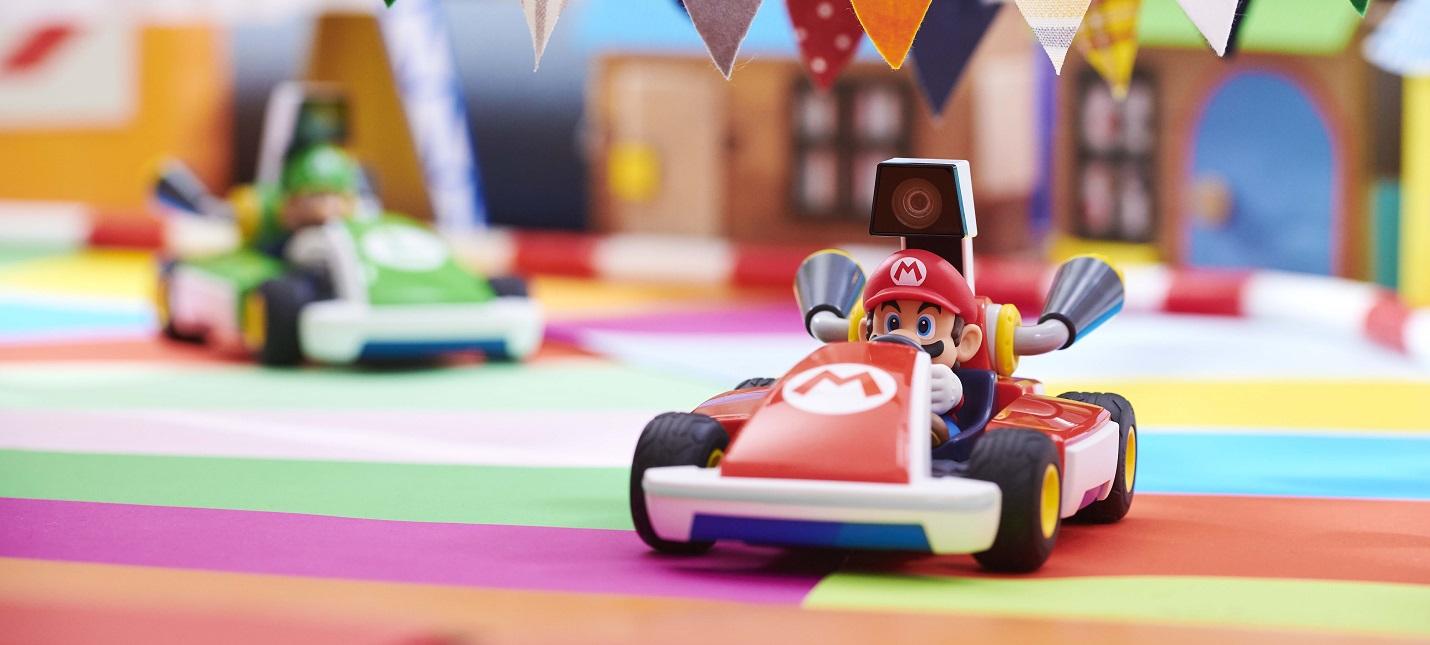 Четыре игрушечных автомобиля и консоли Switch  трейлер AR-игры Mario Kart Live