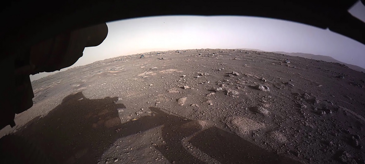 NASA показала цветные фото с Марса