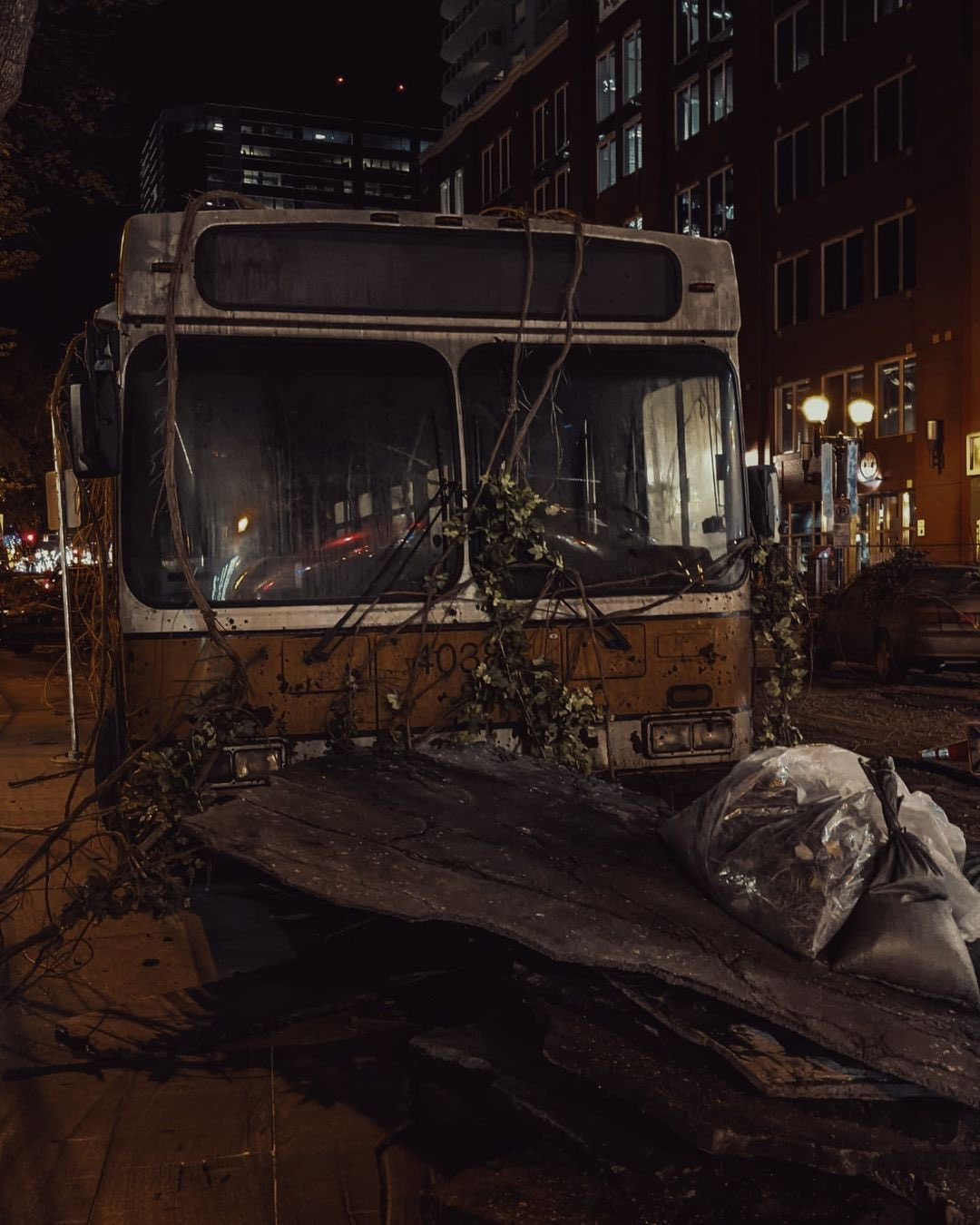 Видео и фото Педро Паскаля и различных декораций со съемок шоу по The Last of Us