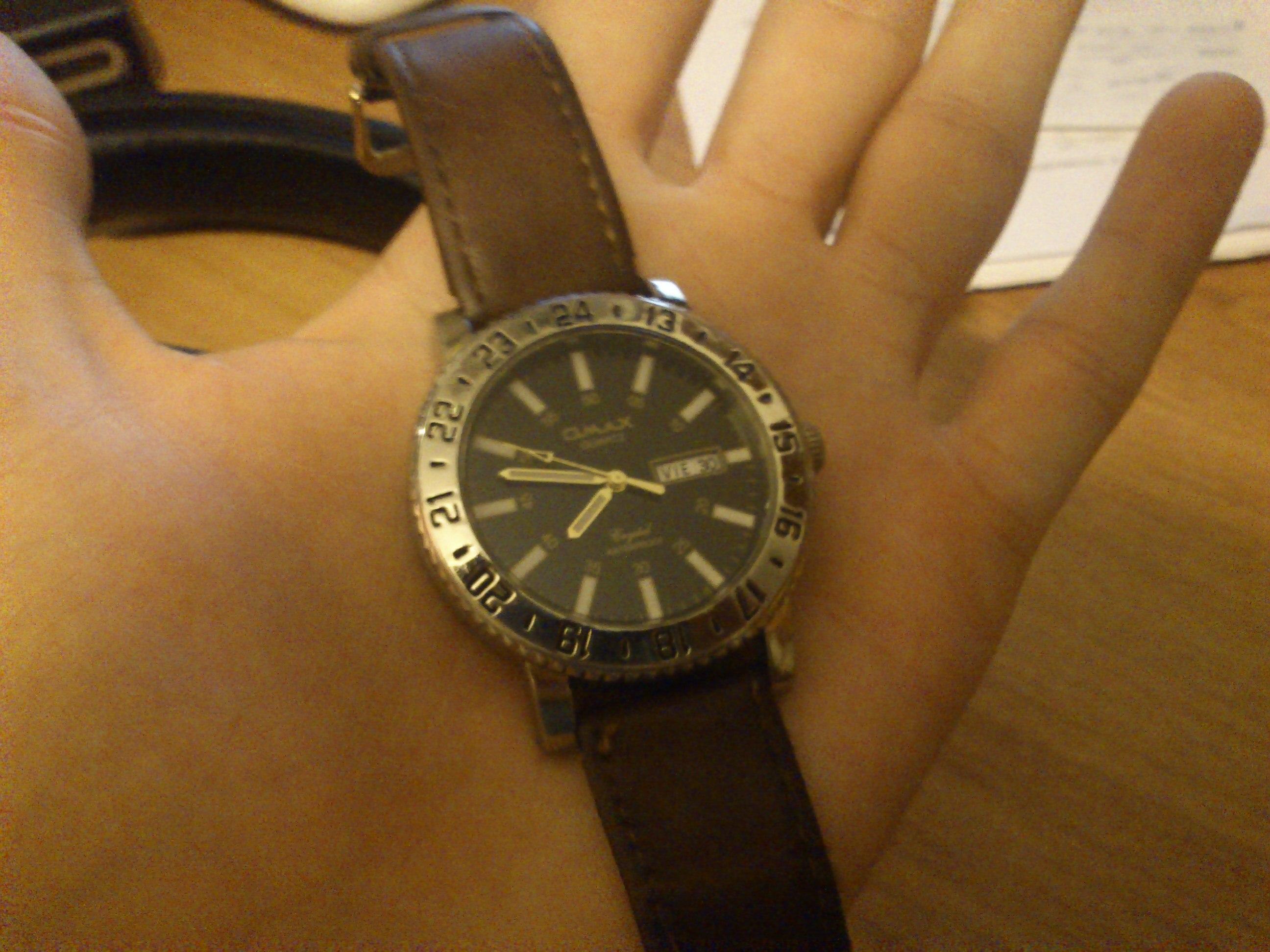 Часы - qmax quartz, механика. . Для наглядности сделал фотку. . Ремешок не родной, старый порвался