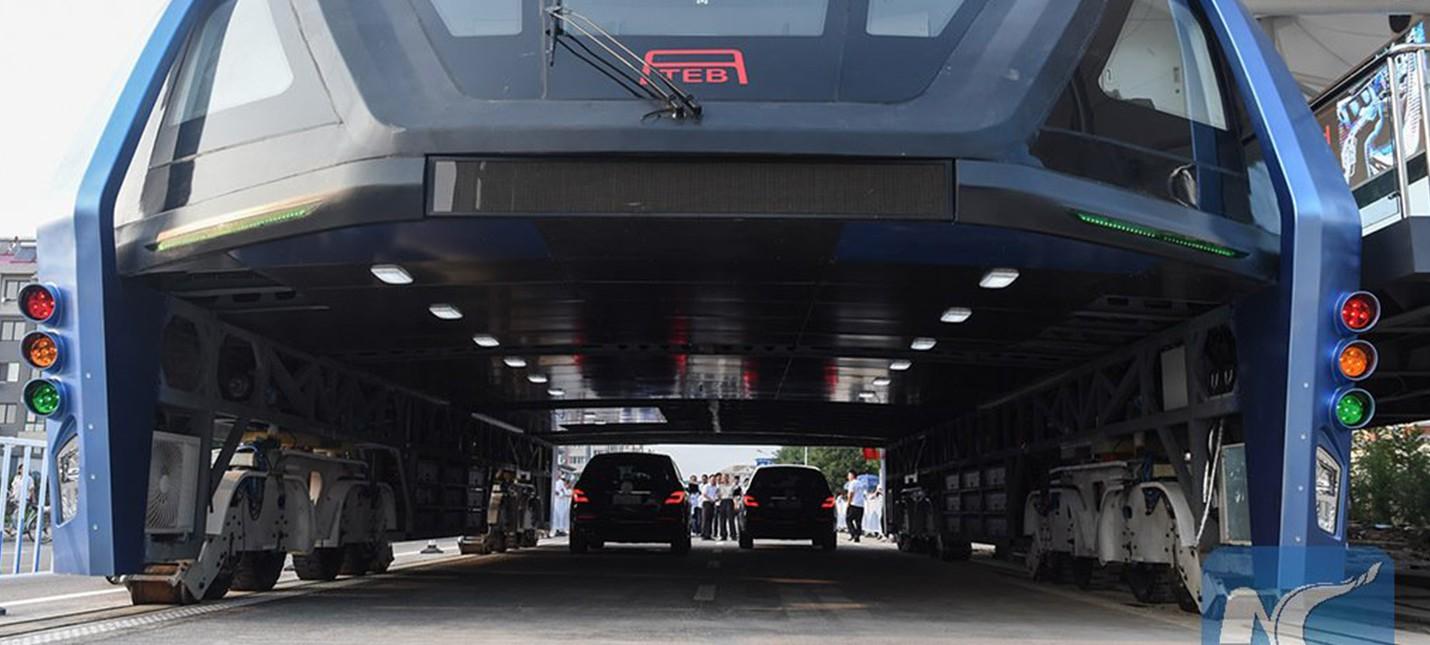 Китайцы построили автобус, под которым могут проезжать автомобили