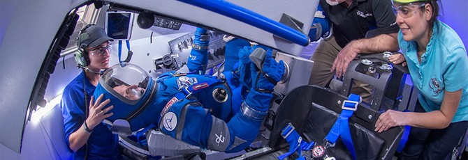 Boeing представила собственный ярко-синий космический костюм
