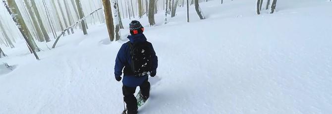 На сноуборде по снежному склону в тумане