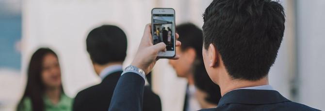 Приложение Bye Bye Camera удаляет людей с фото