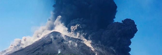 Потрясающие и ужасающие ролики извержения вулкана Стромболи — держитесь крепче