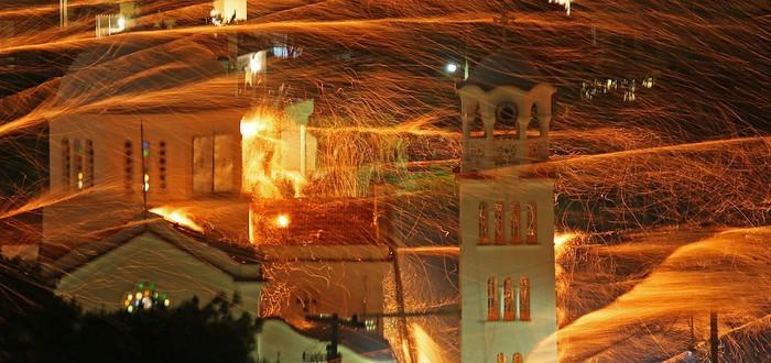 Short: 100,000 фейерверков над греческой деревушкой