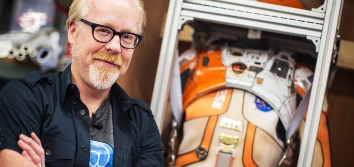 Адам Сэведж изучает космический костюм из Марсианина