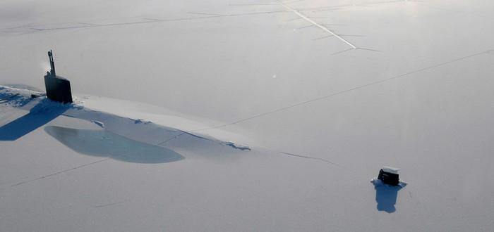 Американская субмарина выбирается из-под арктического льда