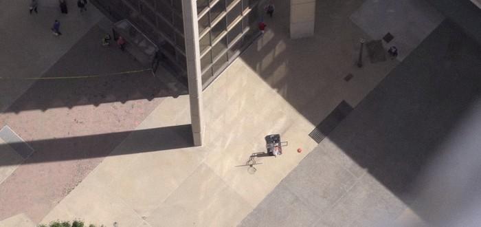 Бросок баскетбольного мяча в корзину с небоскреба