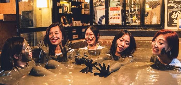 В этом японском баре можно сидеть в грязи и пить алкоголь