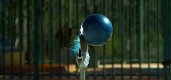 Что будет, если бросить шар для боулинга на топор... с 45 метровой высоты