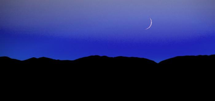 Яркая луна.
