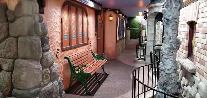 Фанат построил тематический парк Disney у себя в подвале