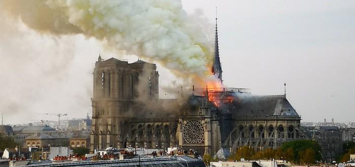 Парижский собор Нотр-Дам горит