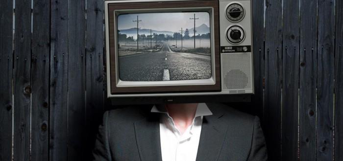 Неизвестный с телевизором на голове оставляет старые телевизоры у домов американцев