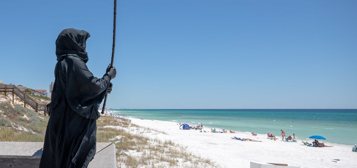 Американец в костюме смерти протестует против посещения пляжей во Флориде