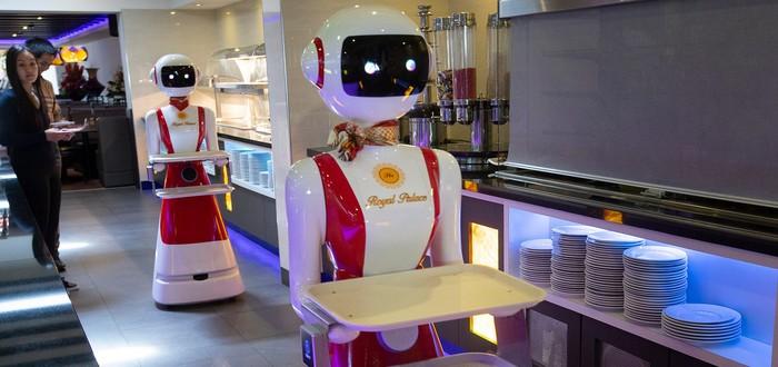 Клиентов ресторана в Нидерландах обслуживают два робота-официанта