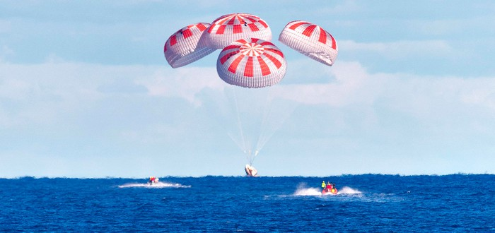 Капсула SpaceX Crew Dragon с американскими астронавтами успешно села на воду