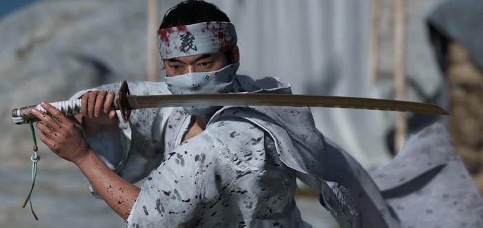 Энтузиаст играет в Ghost of Tsushima с контроллером-катаной