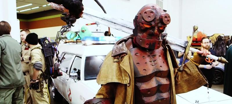 Адам Сэвидж косплеит Хеллбоя на Comic Con