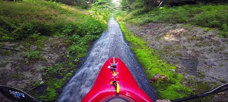 На каяке по горному ручью