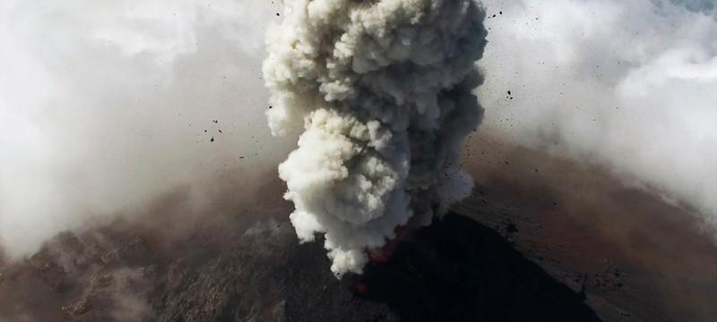 Взгляд на извержение вулкана с летающего дрона