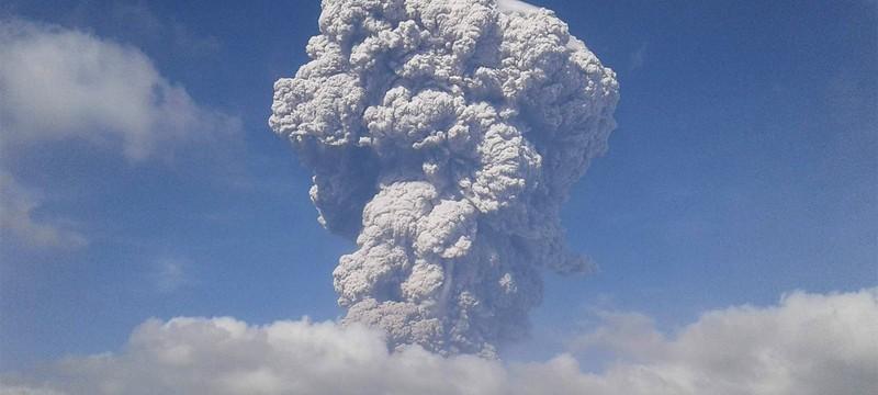 Завораживающее извержение в Индонезии