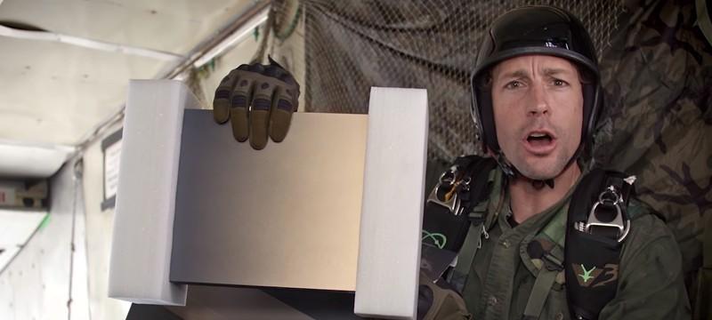 Прыгнувший с парашютом каскадёр доставил ветерану ВМФ подарок от Microsoft
