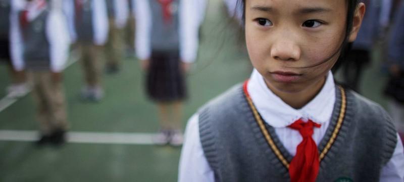 """В Китае установили надзор за школьниками с помощью """"умной униформы"""""""