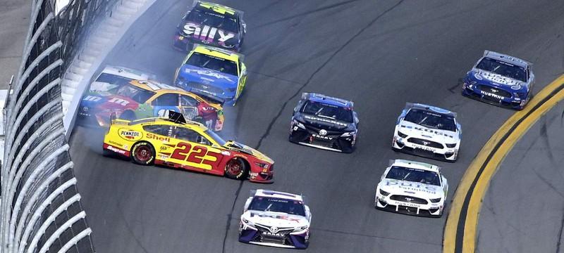 Гонщика NASCAR уволили за расизм в виртуальной гонке