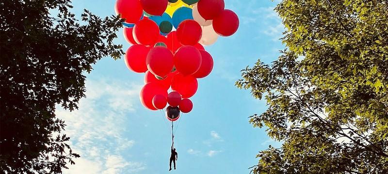 Дэвид Блейн готовится подняться в воздух с помощью шаров
