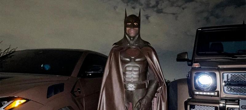 Трэвис Скотт удалил свой Instagram после критики его коричневого костюма Бэтмена