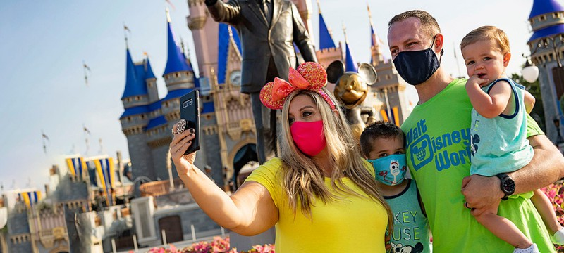 Парк Disney World фотошопил маски на лица посетителей аттракционов