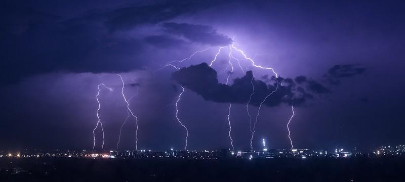 Геймера поразило током через контроллер после удара молнии