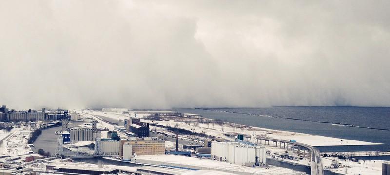 Летающий дрон снял снежную бурю изнутри