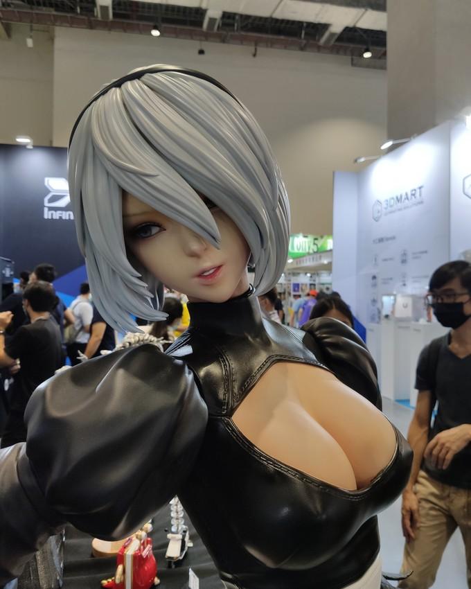 Художник представил статуэтку 2B из Nier: Automata в натуральную величину